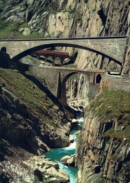 Schöllenen-Schlucht, die alte und neue Teufelsbrücke mit der Schöllenen-Bahn Vorderseite