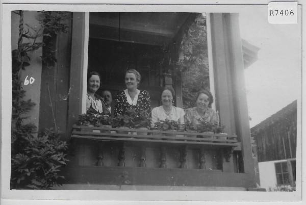 Zuschauerinnen am Fenster