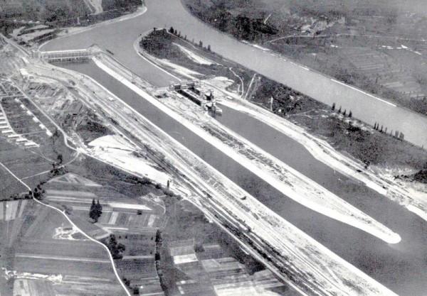 Kembser Grossschiffahrts-Schleusen mit Kraftwerk und Schiffahrtkanal und dem alten Rheinbett Vorderseite