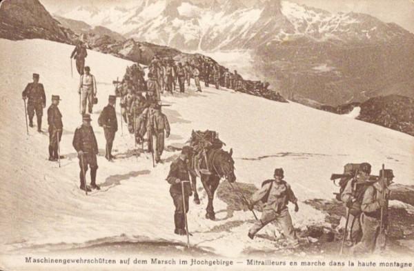 Maschinengewehrschützen auf dem Marsch im Hochgebirge