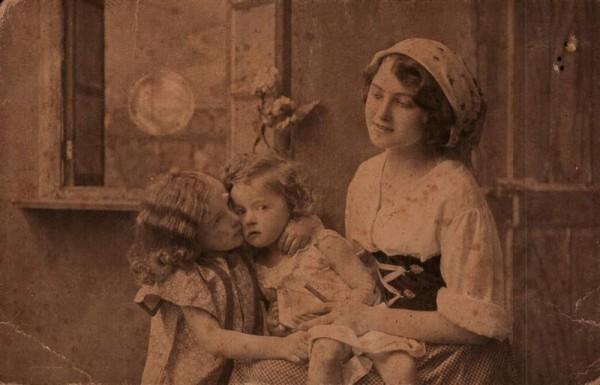 Frau mit 2 Kinder. 1917 Vorderseite