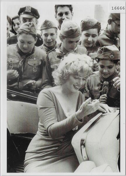 Marilyn Monroe mit Pfadfinder - Photo: Sam Shaw