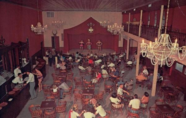 Während Can-Can-Mädchen im Palace Salon und im Theatre im Six Gun Territory in Silver Springs singen Vorderseite