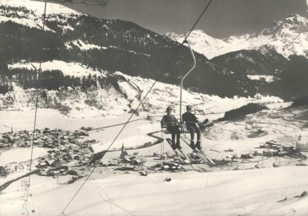 Skigebiet Savognin am Julier. Sesselbahn Martegnas mit Blick auf Piz d`Err Vorderseite